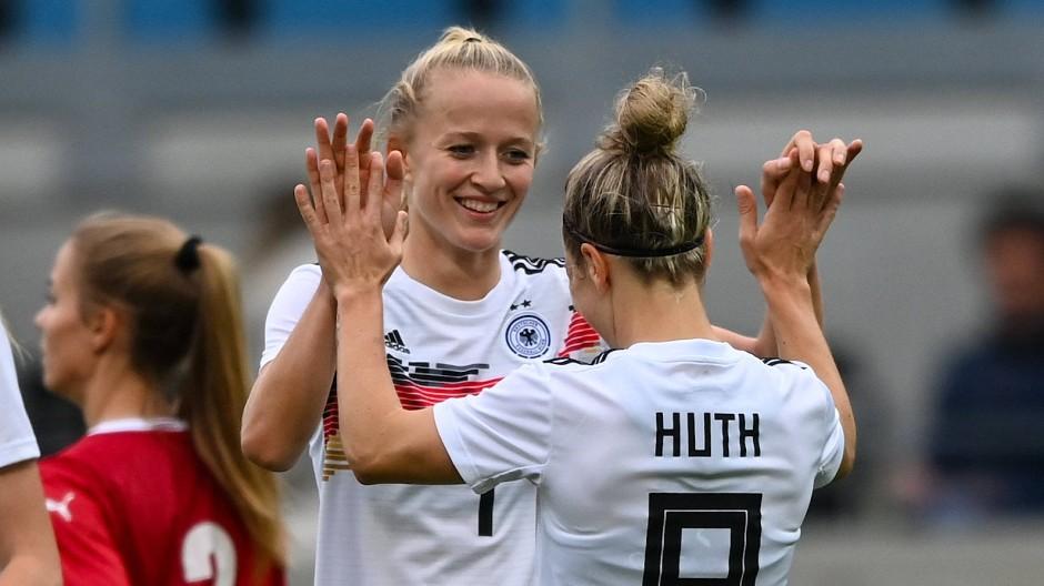 Lea Schüller freut sich mit Svenja Huth nach dem 4:1 gegen Serbien