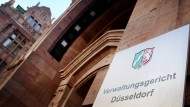 Nordrhein-Westfalen, Düsseldorf: Der Eingang des Verwaltungsgerichtes