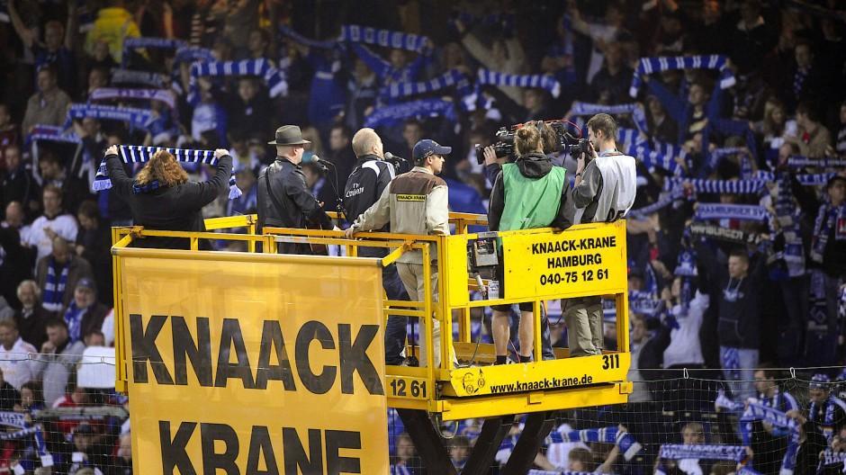 Lotto King Karl spielt auf einem Kran die HSV-Hymne.