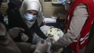 Ein Baby wird in der syrischen Stadt Duwa gegen Masern und Kinderlähmung geimpft.