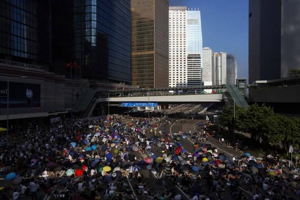 PROTESTAT NË HONGKONG Bis-montagmorgen-harrten-tausende-trotz-der-warnungen-der-polizei-aus