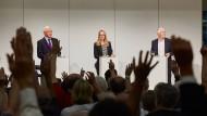Hände hoch: Heinrich Alt (links), Thomas Straubhaar (rechts) und Moderatorin Annika Glose bitten das Publikum um seine Meinung.