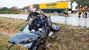 Drei Tote bei Karambolage mit Viehtransporter auf A24