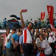 Pro-China-Demonstranten in Hongkong schießen ein Foto.