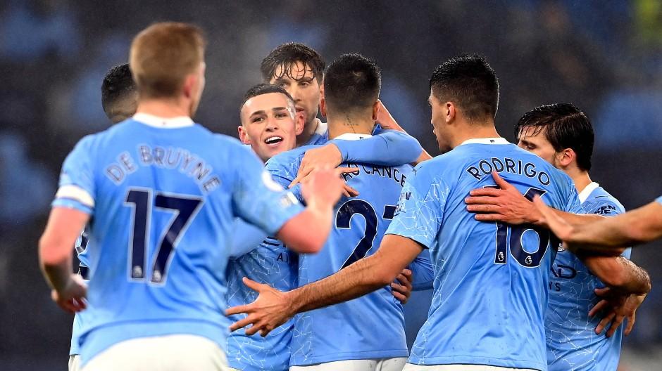 Jubel in hellblau: Manchesters Profis freuen sich mit Phil Foden (Mitte) über das 1:0 gegen Brighton.