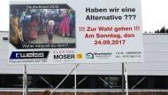 Mit diesem Plakat eines blonden Jungen inmitten einer Gruppe dunkelhäutiger Menschen schüren vier Firmen in Volker Kauders Wahlkreis Überfremdungsängste – und rufen indirekt zur Wahl der AfD auf