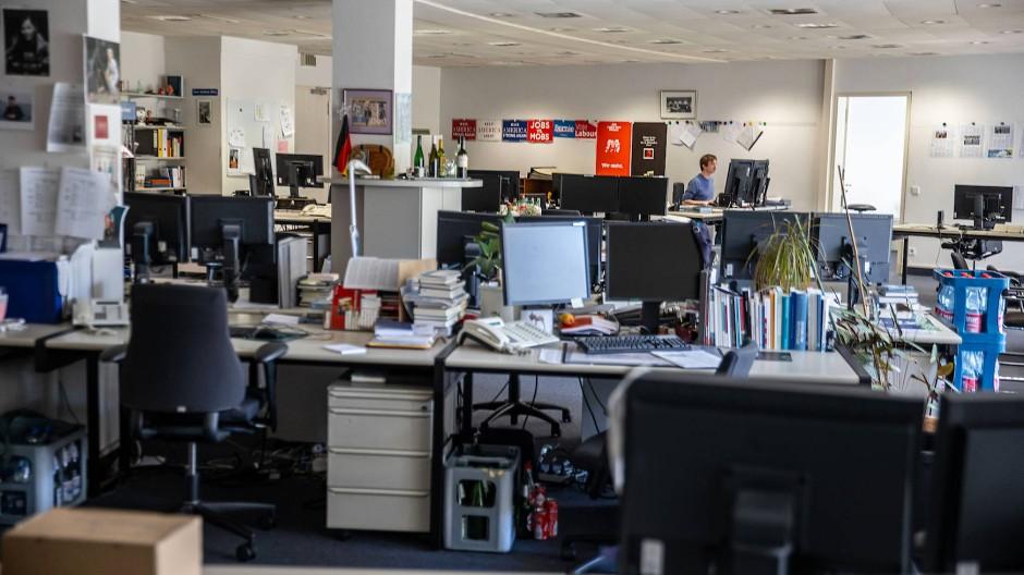 Fast alle arbeiten derzeit mobil: Im leeren Newsroom hält der Ressortleiter der Online-Politik die Stellung