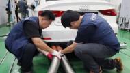 Hier prüfen südkoreanische Inspektoren einen Audi.
