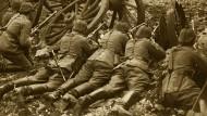 Nichtsdestotrotz gehen die Kämpfe weiter: Deutsche Infanteristen in Gefechtsstellung während des ersten Weltkriegs.