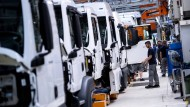München: Mitarbeiter von MAN arbeiten an einer Produktionsstraße an einem LKW.