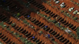 Fotos von offenen Gräbern sorgen für Spekulationen