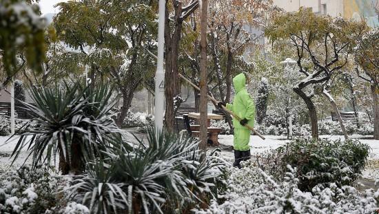 Heftiger Schneefall legt Teheran lahm