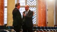 Gerhard Schröder und Martin Schulz 2016 in Berlin im Roten Rathaus bei einer Preisverleihung. Ob Schulz' Vorstoß in Sachen Agenda Schröder gefällt?