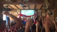 Kroatische Fußballfans feiern in einer Kneipe in Zagreb das zwischenzeitliche 1:1 ihrer Mannschaft beim Finale der Fußball-Weltmeisterschaft.