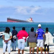 Ölkatastrophe vor Mauritius: Ein auf Grund gelaufener Frachter verliert Öl.