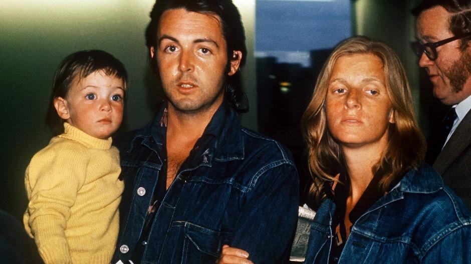 Plötzlich im Mittelpunkt: Musiker Paul McCartney mit seiner damaligen Ehefrau Linda und Tochter Mary auf dem Londoner Flughafen.