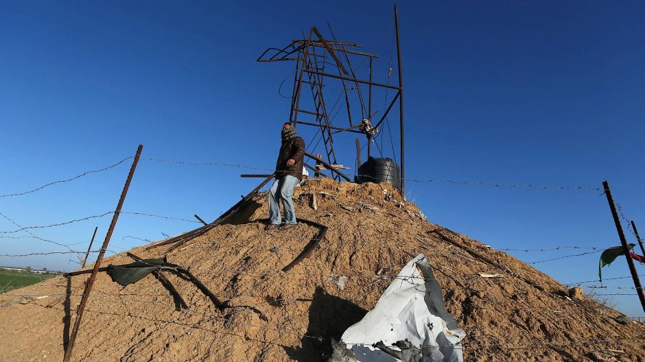 Ein Palästinenser im südlichen Gazastreifen an einem der Orte, den die israelische Luftwaffe angegriffen hat.