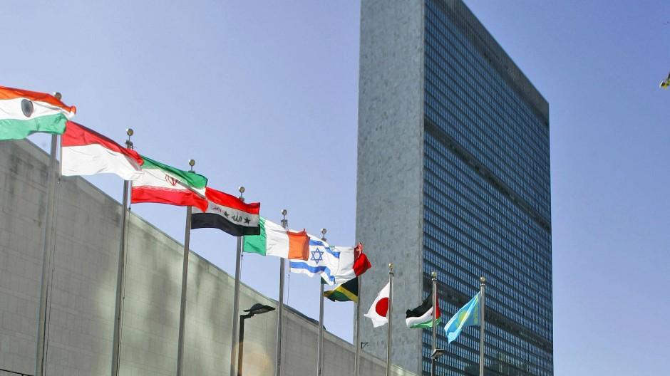 Flaggen verschiedener Länder wehen vor dem Hauptquartier der Vereinten Nationen in New York.