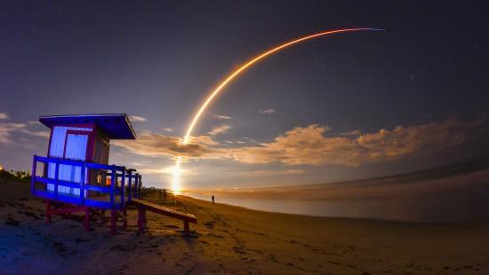 Satellit landet im All und die Rakete auf einem Schiff