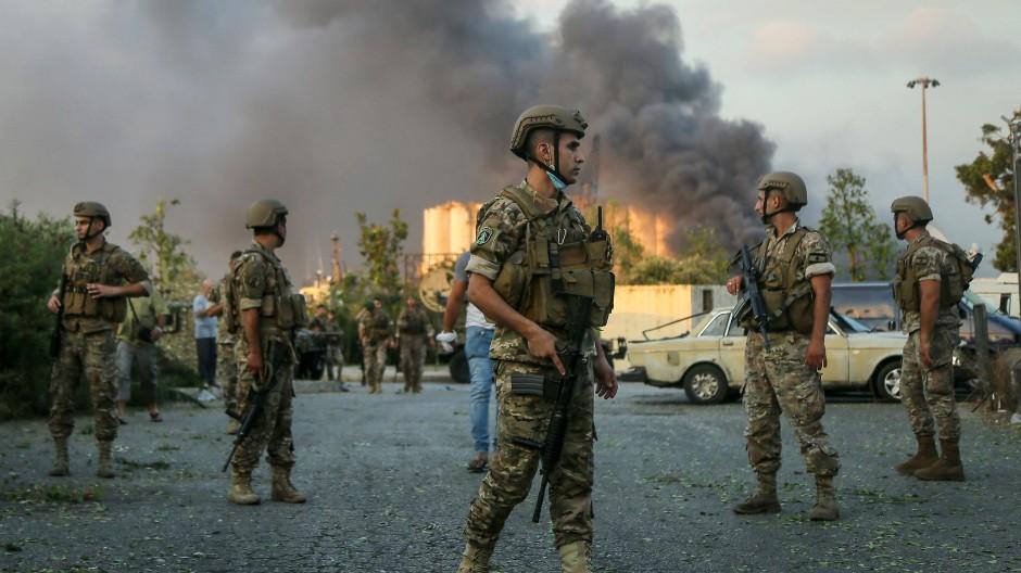 Libanesische Soldaten stehen in der Nähe des Explosionsortes am Hafen von Beirut.