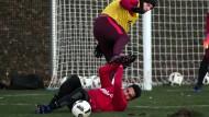 Keine Kompromisse: Ante Rebic setzt sich im Training voll gegen Omar Mascarell ein.