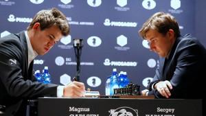 Notizen können nicht schaden: Magnus Carlsen im WM-Duell mit Sergej Karjakin