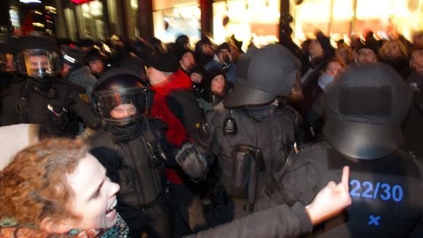 Journalisten verprügelt - Zusammenstöße am Bahnhof
