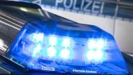 Ein Blaulicht leuchtet auf dem Dach eines Polizeiwagens (Symbolbild).