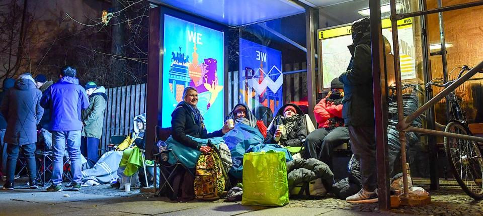 Fahrschein Sneaker: Hunderte warten in Berlin vor Geschäften
