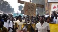 """Ugandische Demonstranten für die Todesstrafe: Im Kampf gegen die """"schwule Weltverschörung"""""""