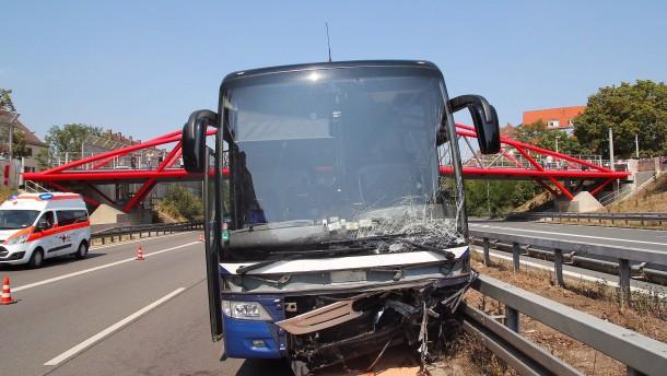 Geisterfahrerin stößt mit Reisebus in Bayern zusammen