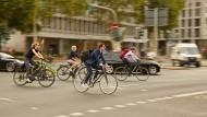 Sportlich und abgasfrei ins Büro: Die Zahl der Radfahrer steigt.