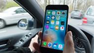 Ein beliebter Wegbegleiter: Das Smartphone beansprucht die Konzentration vieler Autofahrer während der Fahrt für sich