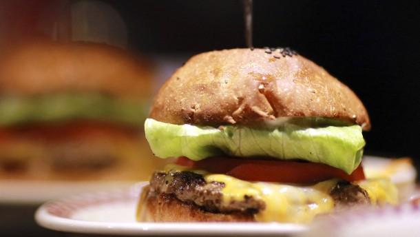 Ein Professor macht Burger aus dem Labor