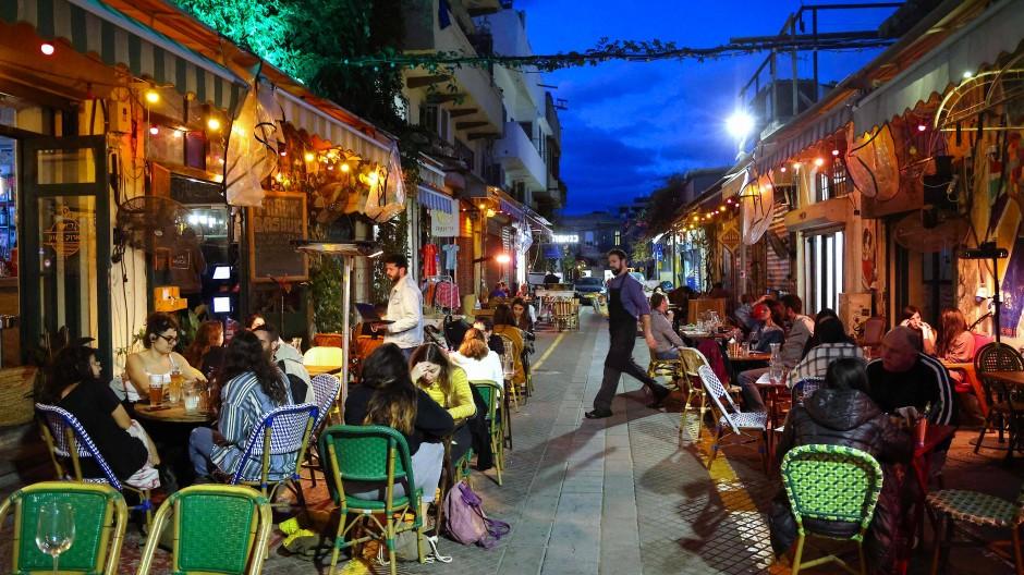 Deutschland träumt von solchen Szenen, in Tel Aviv sind sie schon wieder Alltag: Frühlingsabend im Straßencafé
