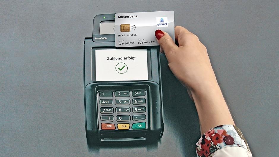 So bezahlt man kontaktlos mit der Girocard.