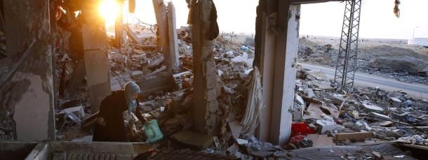 """""""Dein Sieg hat uns alle obdachlos gemacht"""": Eine Palästinenserin wühlt in den Überresten ihres Hauses."""