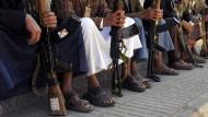 Schiitische Rebellen vor dem Huthi-Hauptquartier in Jemens Hauptstadt Sanaa
