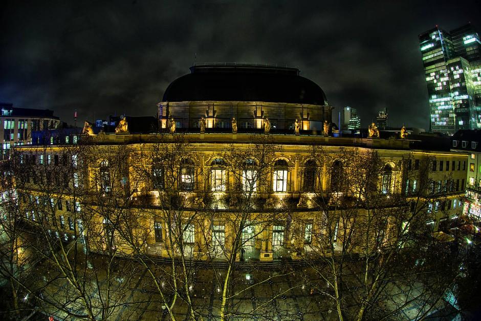 Außenansicht der Frankfurter Börse bei Nacht