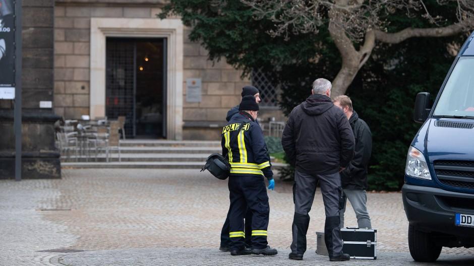 Einsatzkräfte der Polizei stehen im Bärengarten des Residenzschloss vor dem Eingang zum Grünen Gewölbe.