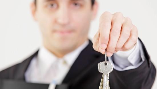 Immobilien-Makler mit Schlüsselbund