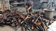 Unschädlich gemacht: Nach einer Razzia zerstört ein Arbeiter Waffen im Kosovo.