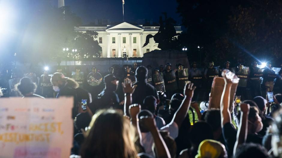 Demonstranten protestieren in der Nähe des Weißen Hauses in Washington gegen Rassismus und Polizeigewalt.