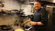 Teilt gerne seine Rezepte: Wolfgang Töpfer in seinem Lokal in Lillesand