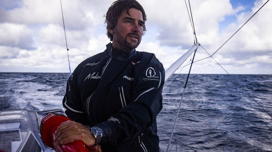 Ein wenig Aberglaube muss sein: Boris Herrmann auf seiner Seaexplorer-Yacht, mit der er innerhalb von drei Monaten einmal um die Welt segelte.