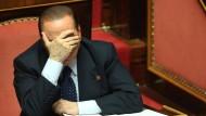 Derzeit sieht es nicht rosig aus für Silvio Berlusconi: Der Medienmogul und ehemalige Premierminister ist  seinen Senatorenposten los