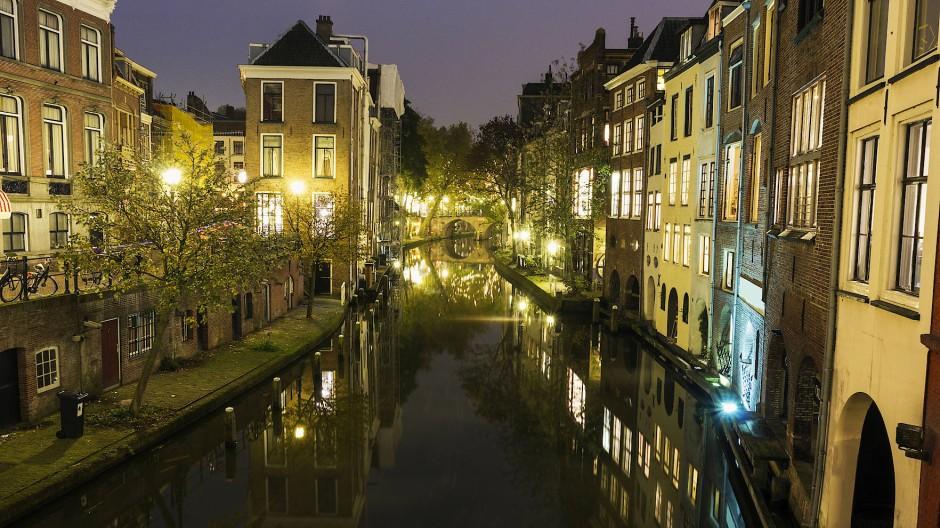 Entlang der Grachten lässt es sich in Utrecht idyllisch Radeln