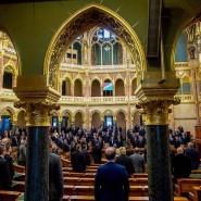 Im ungarischen Parlament wird in Erinnerung an den Vertrag von Trianon die Nationalhymne gesungen.