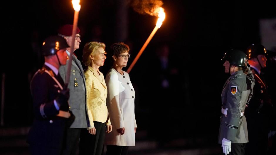 Die frühere Verteidigungsministerin Ursula von der Leyen lauscht in Berlin dem Großen Zapfenstreich zu ihren Ehren.