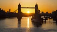 Die Sonne steht tief über London.